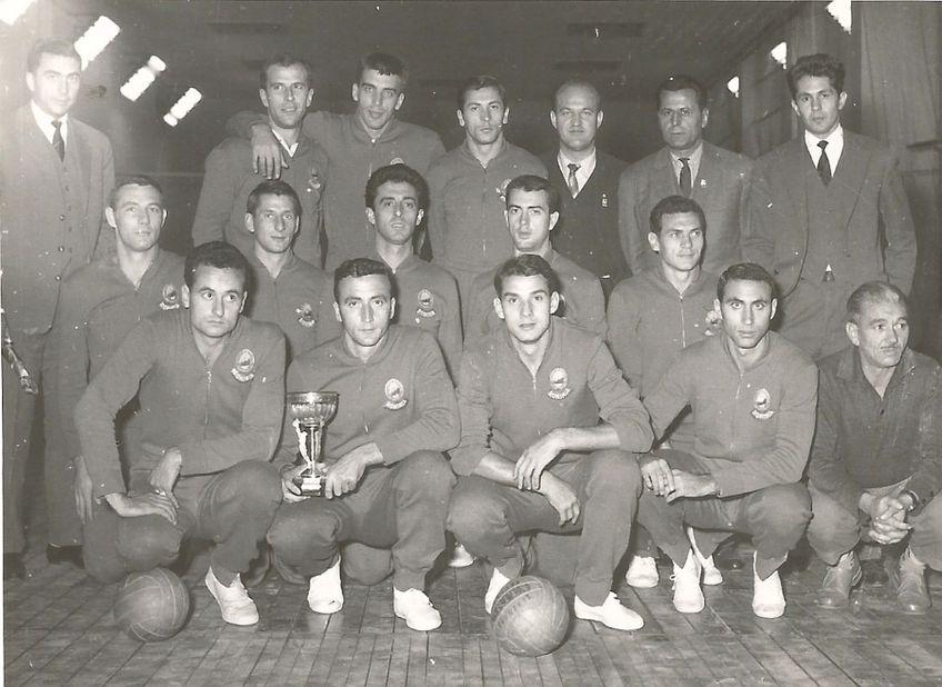 1963. Gabriel Cherebețiu (primul din dreapta, rândul de sus) alături de echipa națională a României, câștigătoare a titlului european FOTO Arhivă personală