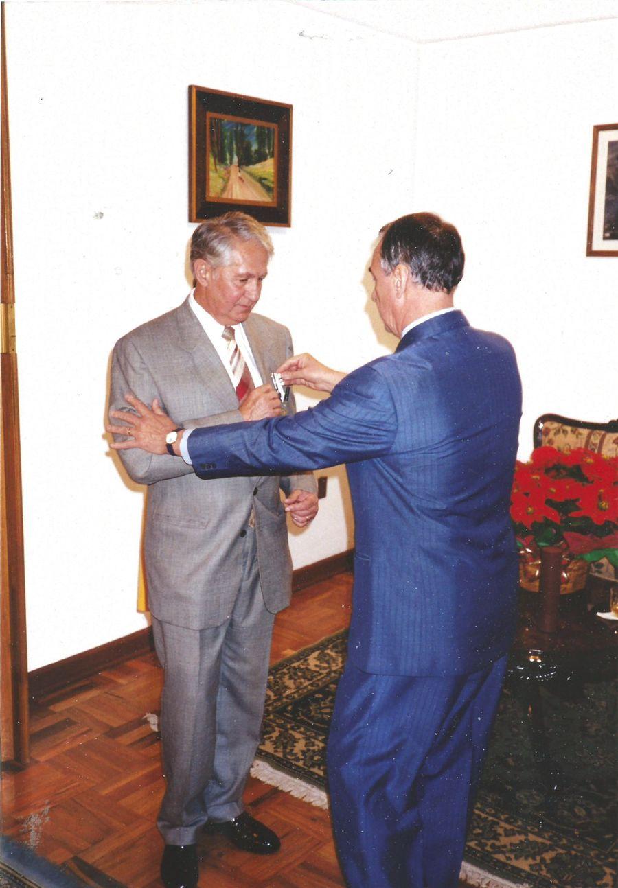 2000. În timpul decorării la Ambasada României din Mexic FOTO Arhivă personală