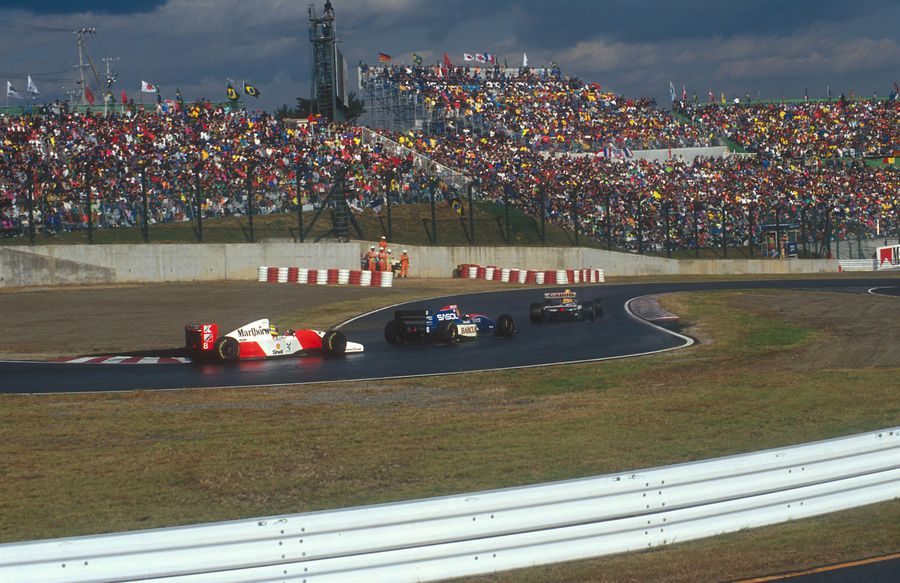 Monopostul condus de Ayrton Senna se afla în spatele celor pilotate de Eddie Irvine și Damon Hill FOTO Imago