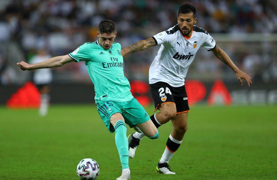 Ezequiel Garay (alb) a disputat mai mult de 100 de meciuri în tricoul Valenciei // sursă foto: Guliver/gettyimages