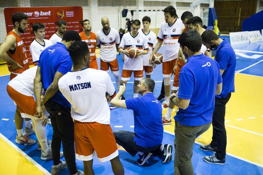 Orădenii ascultând indicațiile antrenorului Cristian Achim FOTO sportpictures.eu
