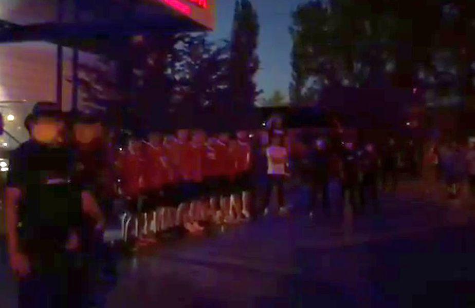"""Fanii-acționari au băgat Dinamo în ședință! Torțe în fața hotelului din Constanța: """"Nu cedați!"""""""