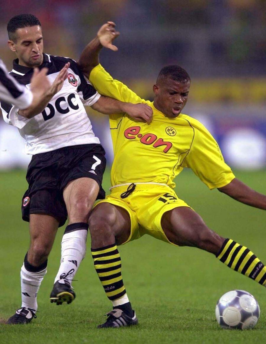 Aliuță în duel cu Sunday Oliseh, într-un meci european între Șahtior și Borussia Dortmund » Sursă foto: Getty