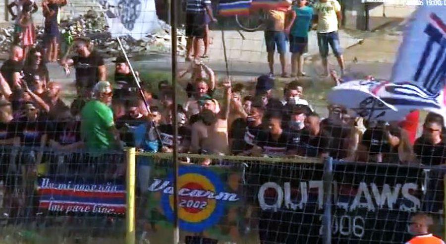"""La meci au asistat aproximativ 400 de fani ai """"militarilor"""". Aceștia și-au susținut echipa din spatele gardurilor, fapt interzis de regulament // Captură Digi Sport"""
