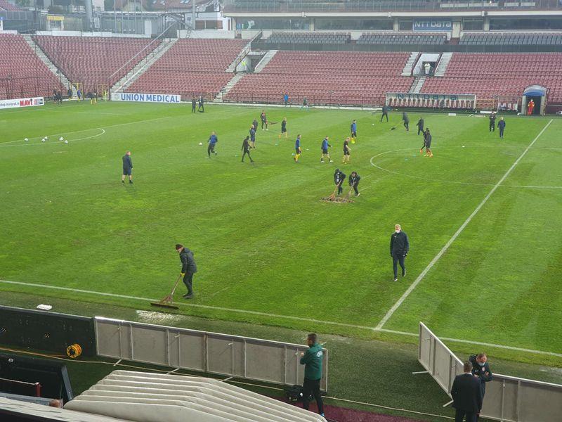 Probleme pentru echipa lui Dan Petrescu! Terenul de la Cluj inundat înaintea meciului din play-off-ul Europa League