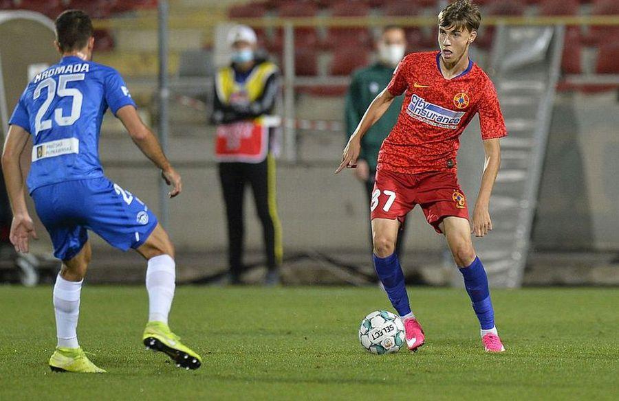 Octavian Popescu (roșu), cu mingea la picior
