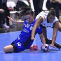 """Luptă pentru balon între Carmen Martin și Tamires Morena. Un """"război"""" câștigat de spaniolă în fața braziliencei FOTO sportpictures.eu"""