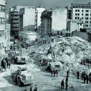 Blocul Scala, prăbușit la cutremur. În spate, clădirea de 4 etaje în care stătea Daniel Gherasim