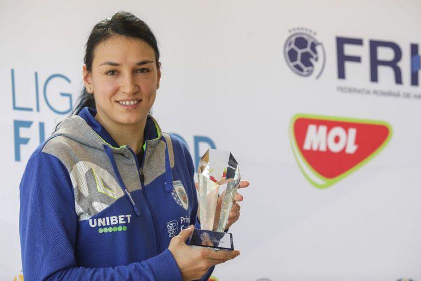 Cristina Neagu cu trofeul primit de la FRH FOTO Octav Ganea