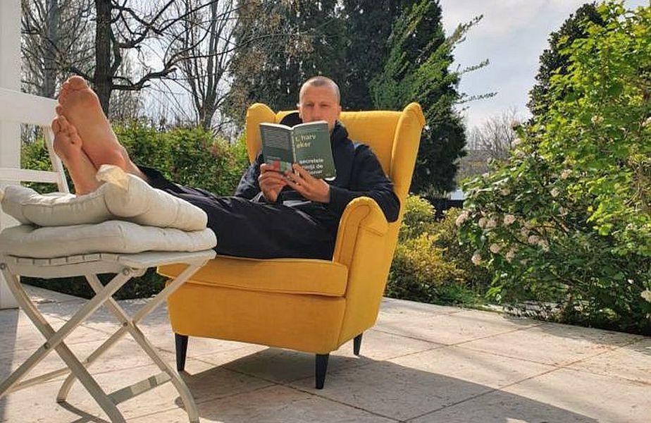 Vlad Chiricheş se mai relaxează citind