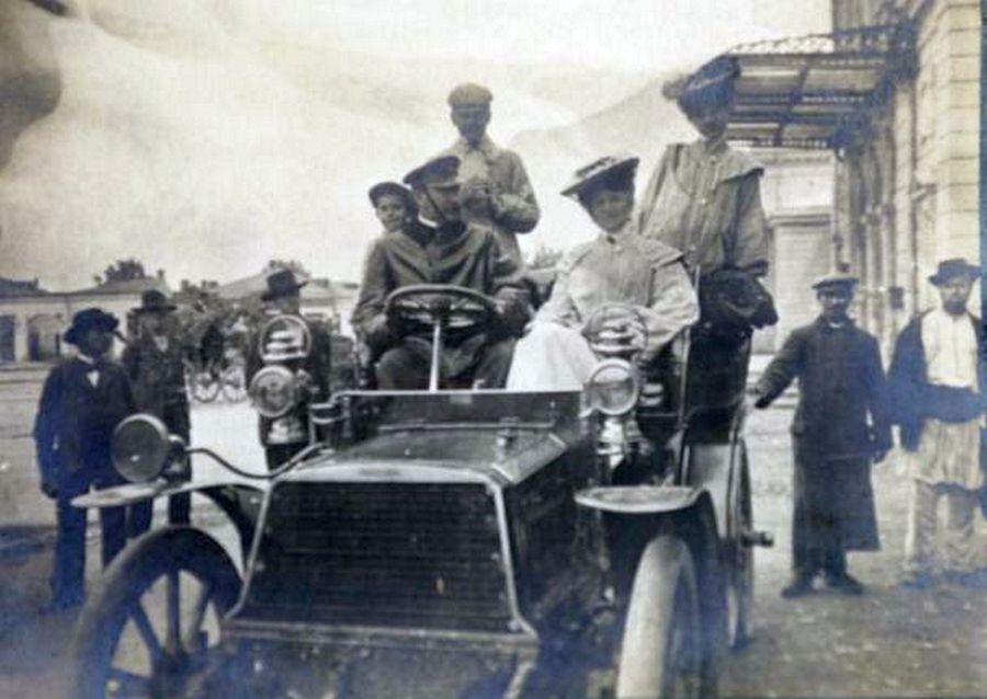Bazil Assan (stânga) și primul automobil înmatriculat în București care avea să fie expus, pentru scurt timp, la Muzeul Național de Istorie a României