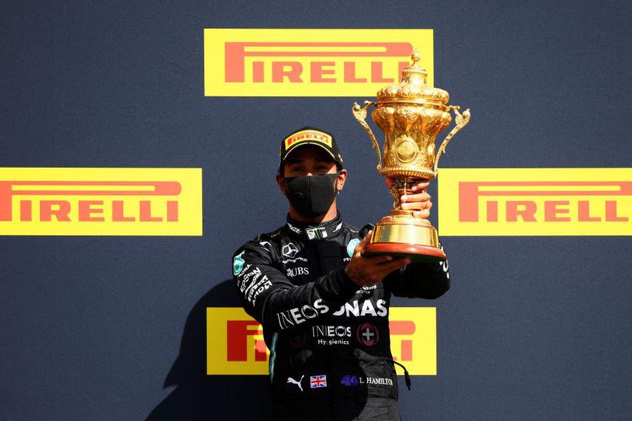 Lewis Hamilton cu trofeul de la Silverstone, cucerit pentru a șaptea oară Foto Guliver/GettyImages