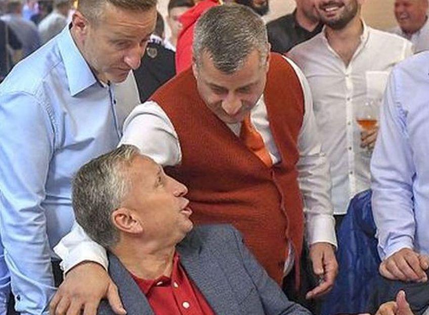 Neluţu Varga, în picioare, ţinându-l pe Dan Petrescu după umăr