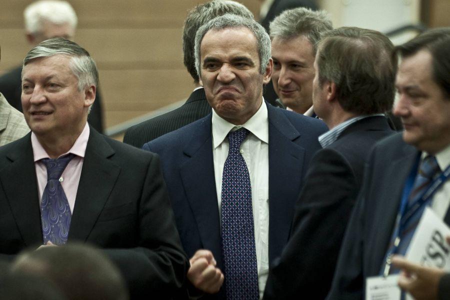 O imagine mult mai recentă cu cei doi mari rivali, în 2010, la o reuniune FIDE