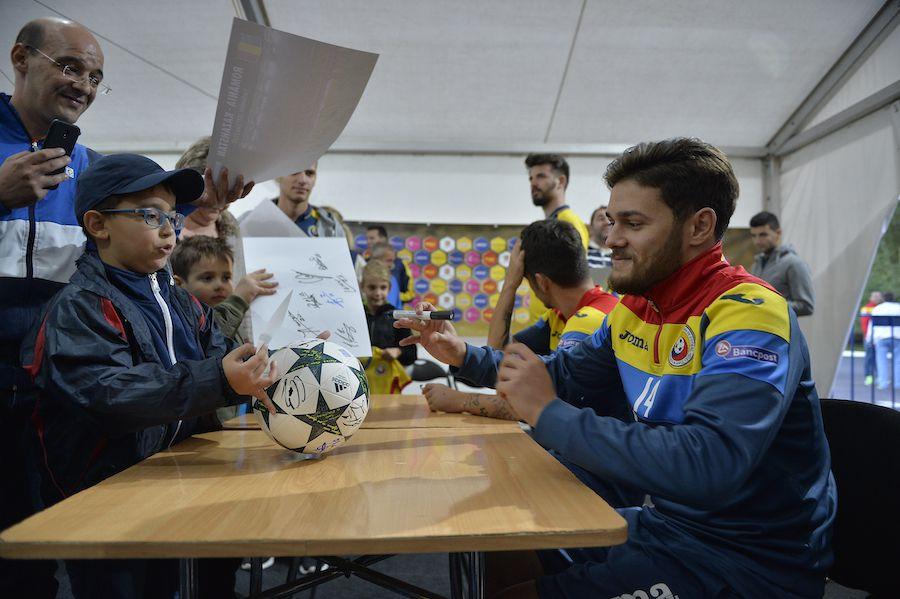 Ioniță semnează autografe pentru fanii naționalei. Poză din perioada bună a carierei sale
