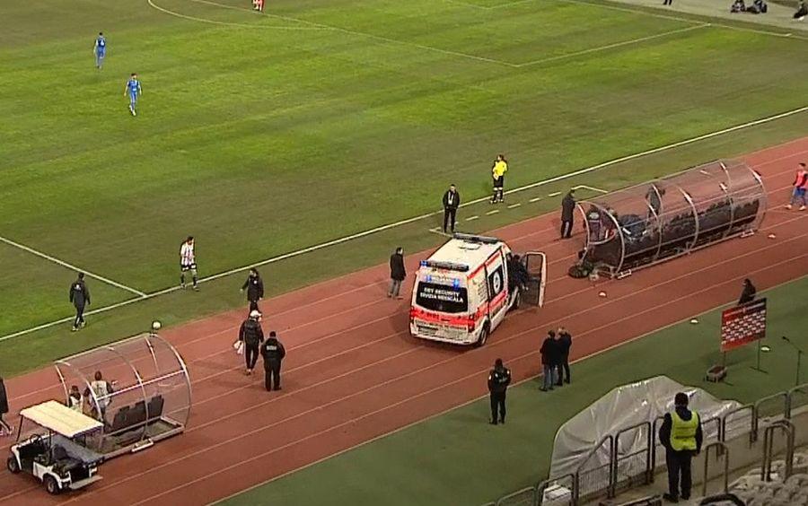 Ambulanța a venit la marginea terenului pentru a-i acorda îngrijiri medicale lui Băican / FOTO: Captură @TV telekom Sport