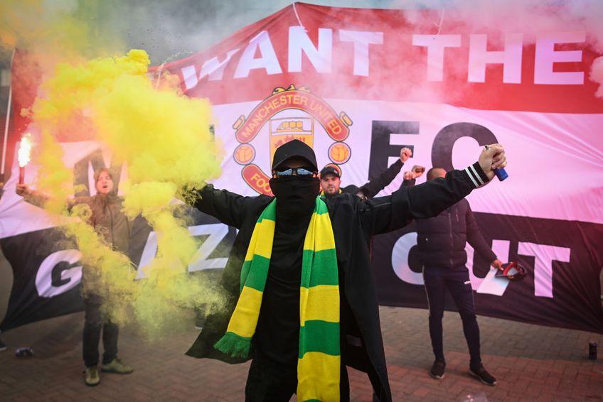 Manchester United riscă să fie depunctată, după ce fanii protestele fanilor au dus la amânarea partidei cu Liverpool, programată inițial duminică, 2 mai.