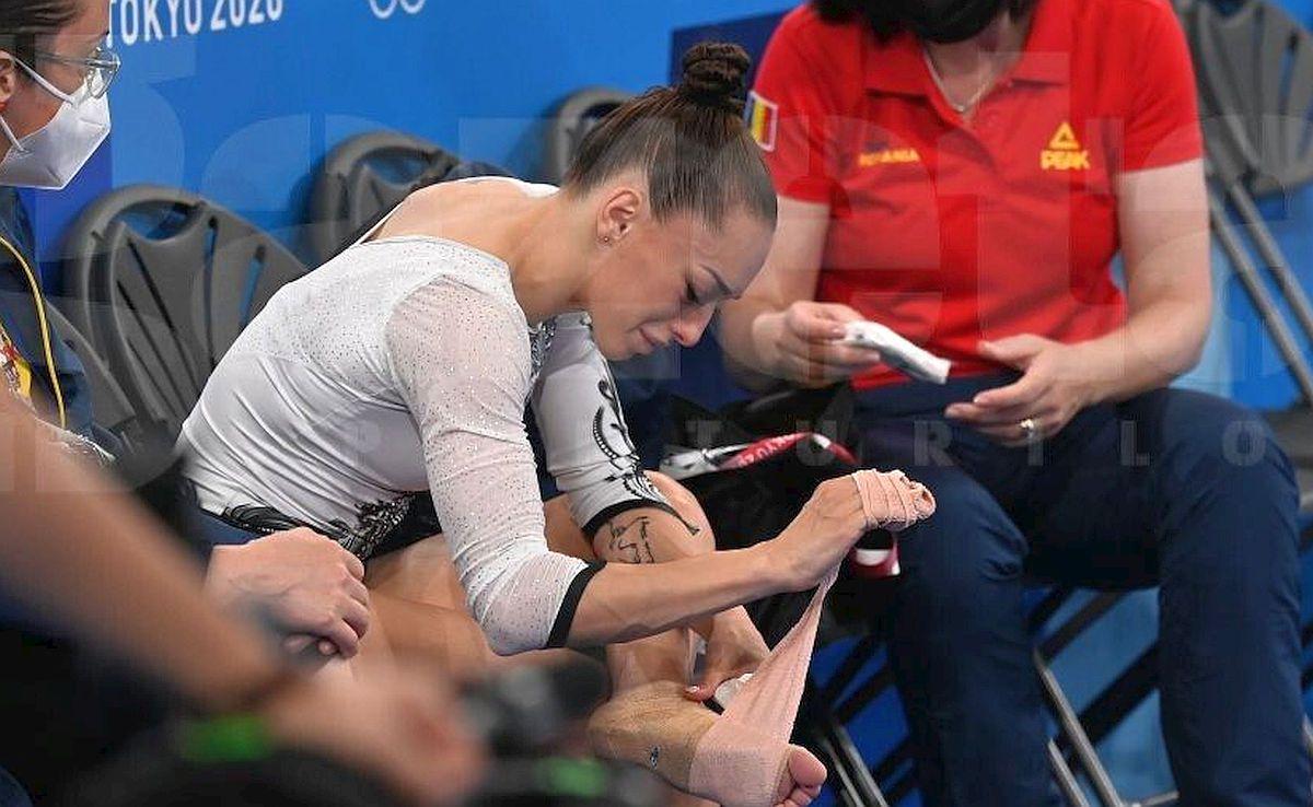 Momentul în care Larisa Iordache își dă seama că nu poate concura în finala de la bârnă » Imagini dureroase surprinse în sală de fotoreporterul GSP