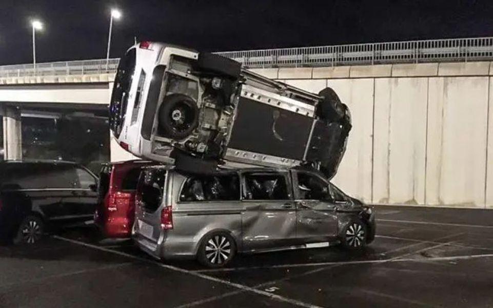 FOTO Un angajat concediat de Mercedes-Benz a făcut praf 69 de mașini de lux ale firmei