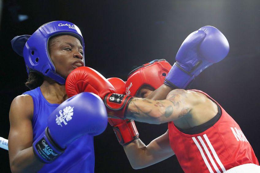 Christine Ongare (albastru) luptându-se cu Carly McNaul (roșu) la Jocurile Commonwealth