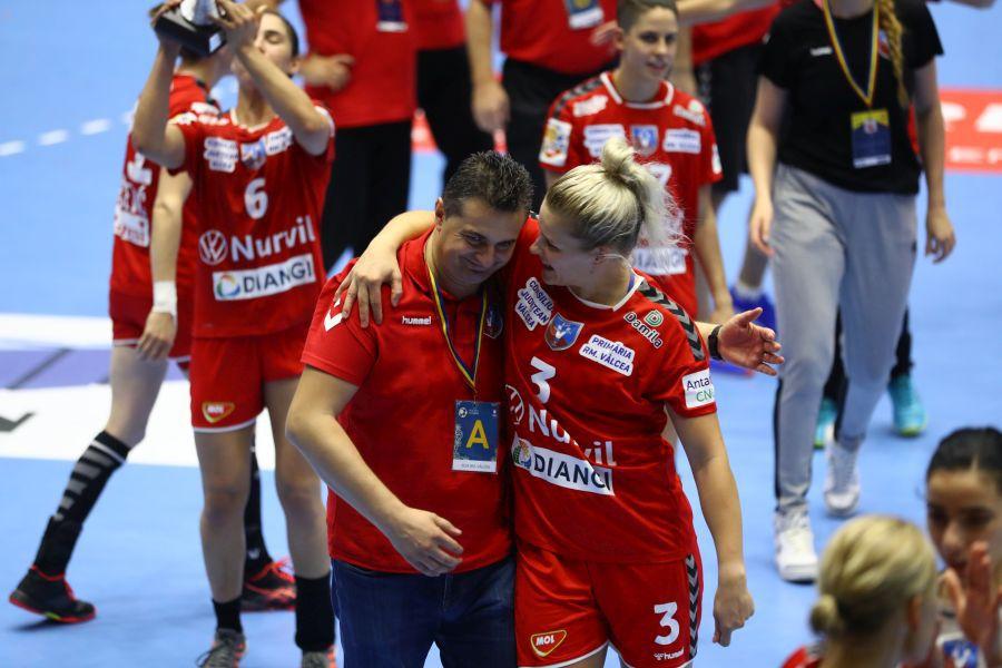 Florentin Pera a știut mereu să-și apropie jucătoarele pentru o bună atmosferă FOTO Marius Ionescu