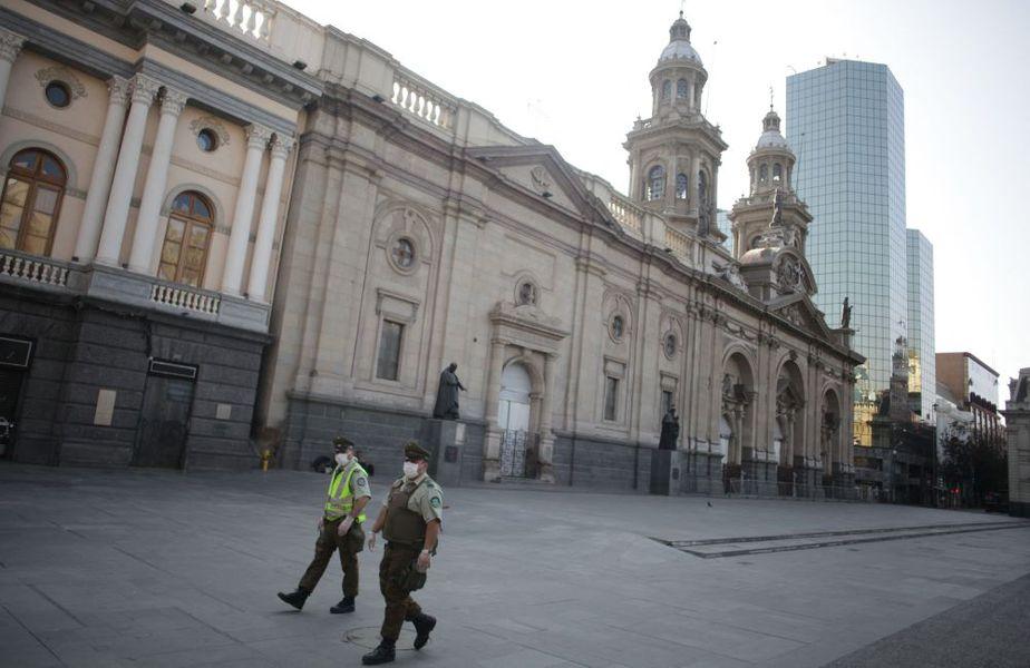 Soldați patrulând printr-un Santiago de Chile pustiu Foto Hepta