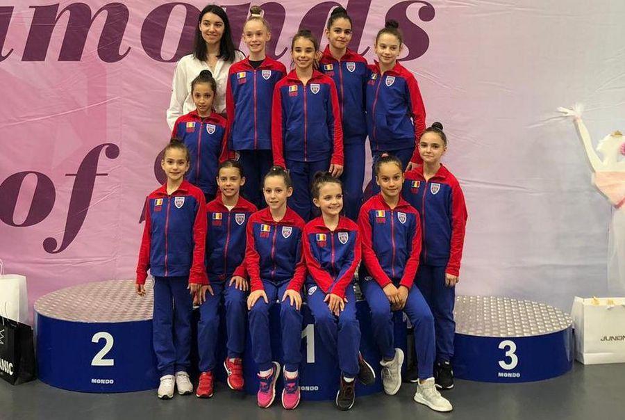 Andreea Teocan alături de fetițele de la CSA Steaua. Andra Rotaru, în centru, pe primul rând de sus FOTO Arhivă personală