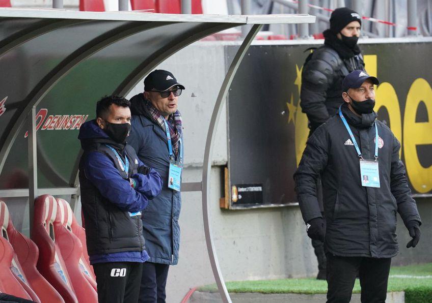 UTA a învins-o azi pe Sepsi, scor 2-0, într-o partidă contând pentru runda cu numărul 29 din Liga 1. Leo Grozavu (53 de ani), antrenorul covăsnenilor, a anunțat amenzi în tabăra oaspeților.