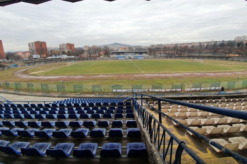 """Stadionul """"Michael Klein"""" din Hunedoara arată deplorabil în 2021, anul în care Corvinul ar trebui să sărbătorească 100 de ani de la înființare"""
