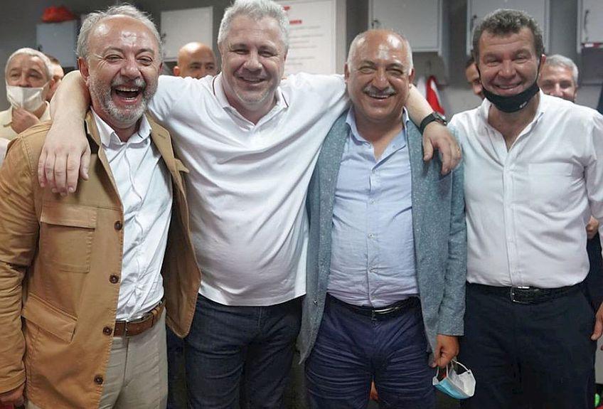 Marius Șumudică, alături de șefii lui Gaziantep // FOTO: Facebook.com/gaziantepfk/
