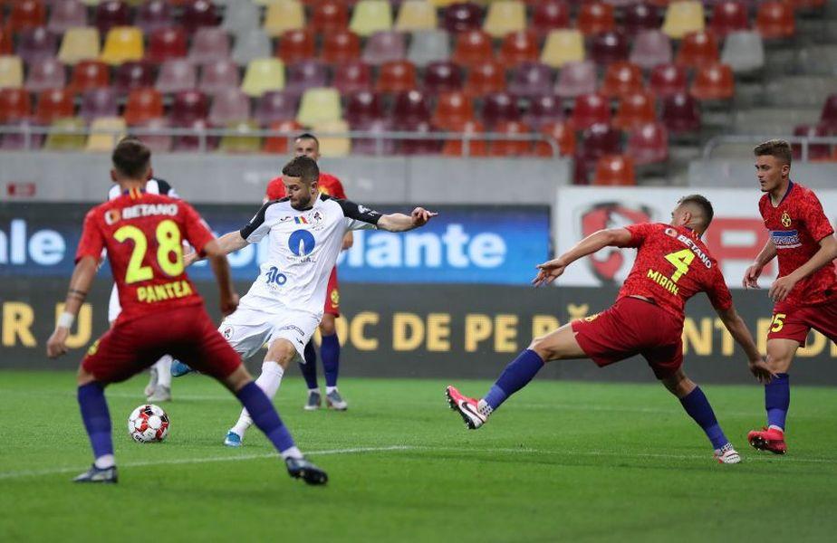 Sergiu Buș (alb) a marcat un gol superb în FCSB - Gaz Metan 2-2