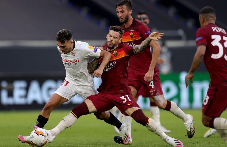 Carlez Perez (jucătorul Romei care atacă balonul)