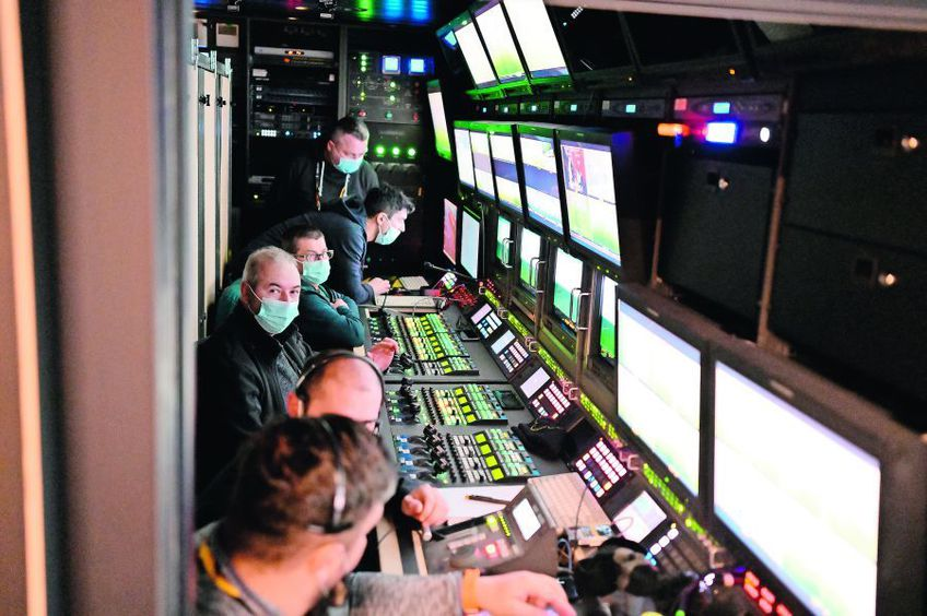 Zeci de oameni contribuie la televizarea unui meci
