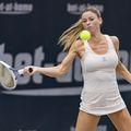 Camila Giorgi (28 de ani, 76 WTA) continuă seria pictorialelor provocatoare. Fanii italieni nu sunt încântanți și îi cer să acorde mai multă atenție tenisului.