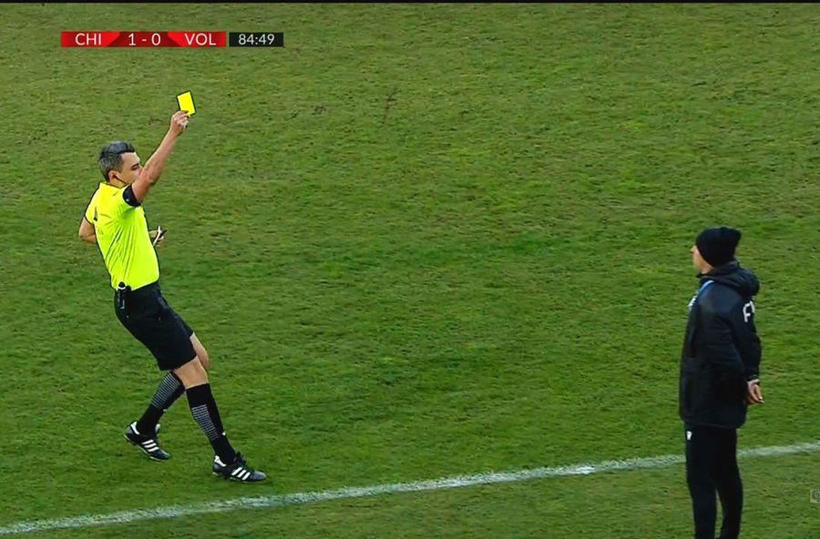 Momentul în care Feșnic îi arată primul cartonaș galben lui Bogdan Andone / FOTO: Captură @Telekom Sport 1