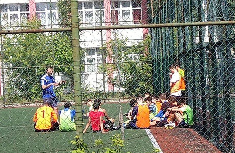 Copiii de 14-15 ani participă la un antrenament unde normele de distanțare sunt inexistente.
