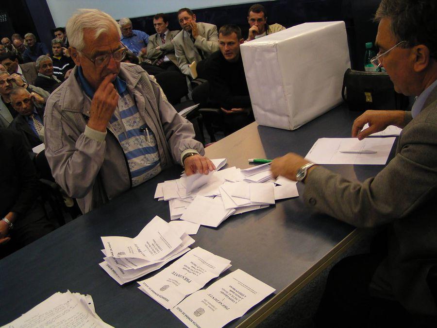 Adunarea Generală din 2004. Se numără voturile, iar Gheorghe Vișan devenea președintele FR Volei FOTO Gazeta Sporturilor