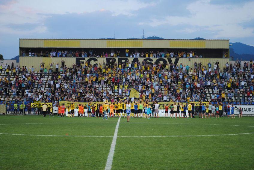 """FC Brașov a reapărut în locul Coronei care promovase din """"C"""". Clubul va avea un buget mare în următorul sezon, 1,5 milioane de euro, dar e prins într-o dispută între interese locale și foști mari fotbaliști."""