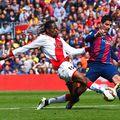 Abdoulaye Ba, în duel cu Luis Suarez // FOTO: GuliverGettyImages