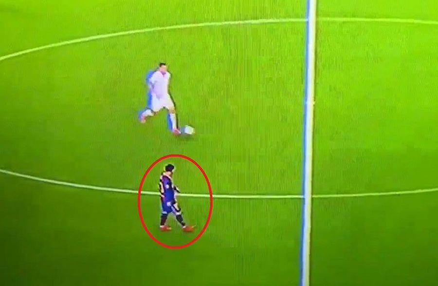 Lionel Messi a fost surprins mergând pe teren