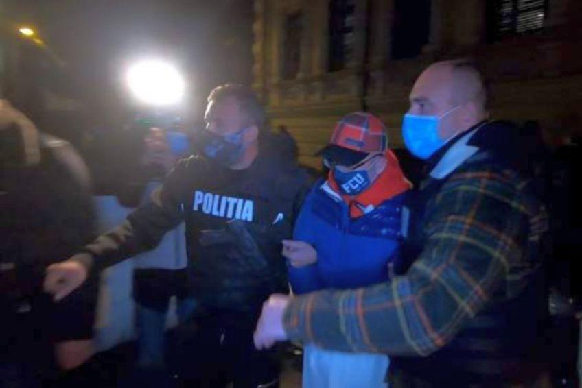 Adrian Mititelu (52 de ani) a fost condamnat azi la 3 ani de închisoare cu executare de Curtea de Apel Craiova. Decizia este definitivă. Lucrurile au degenerat în momentul în care polițiștii doljeni au venit să îl ridice de la locuință.
