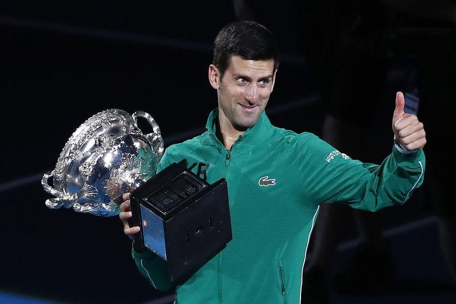 Novak Djokovic cu trofeul de la Australian Open FOTO Guliver/GettyImages