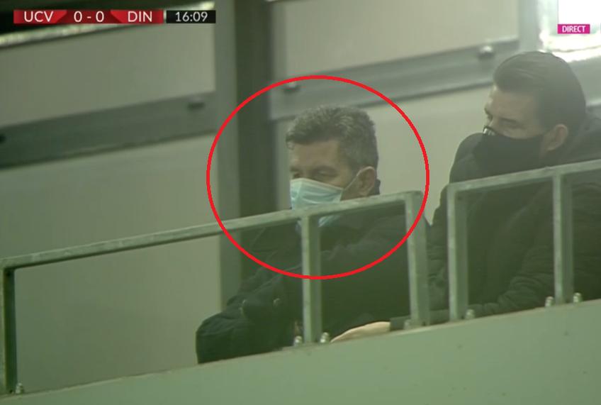 """Marinos Ouzounidis (52 de ani), noul antrenor din Craiovei, asistă din tribunele stadionului """"Ion Oblemenco"""" la partida cu Dinamo@ Captură TV Digi Sport"""