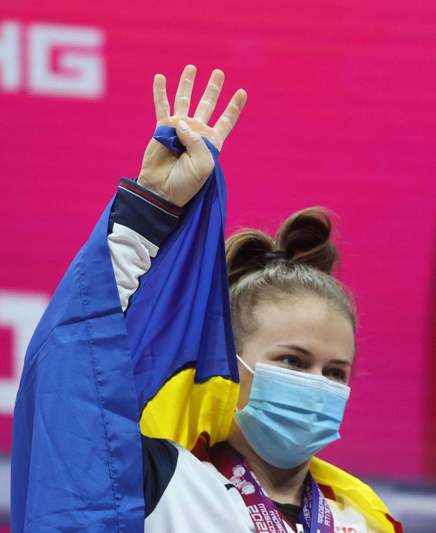 Loredana Toma salutând de pe podium, cu tricolorul pe umeri Foto Imago Images