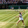 Simona Halep, în plan apropiat, și Serena Williams disputând finala 2019 în echipament complet alb Foto Guliver/GettyImages