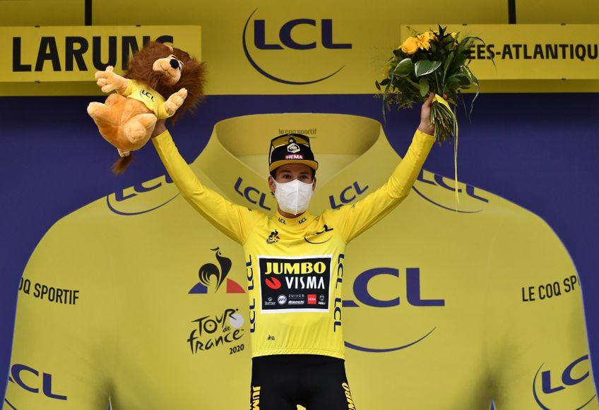 Primoz Roglic pe podium la finalul etapei de duminică FOTO Reuters