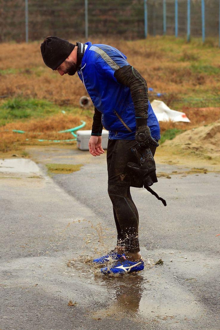 Râmniceanu îţi curăţa ghetele la finalul antrenamentului într-o băltoacă
