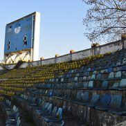 Tabela și scaunele arată de parcă stadionul ar fi fost câmp de război, ruginite și decolorate
