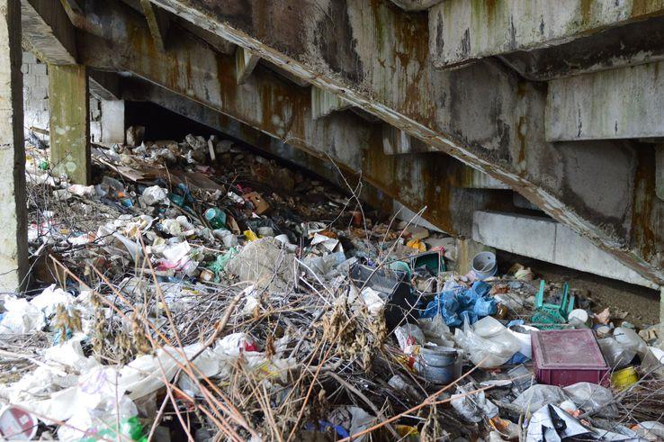 Sub tribune e un adevărat focar de infecție, munți de deșeuri adunați în timp