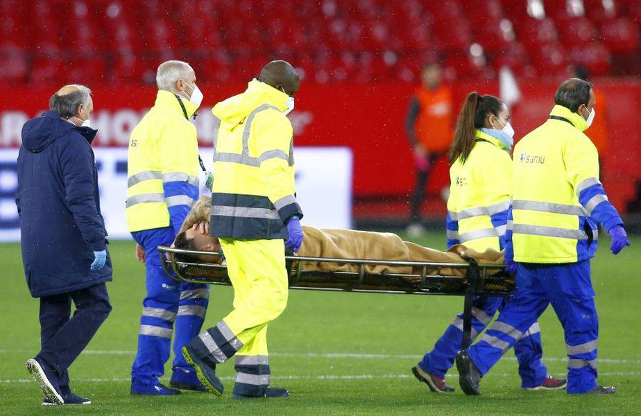 Lucas Ocampos a fost scos de pe teren cu targa / Sursă foto: Guliver/Getty Images